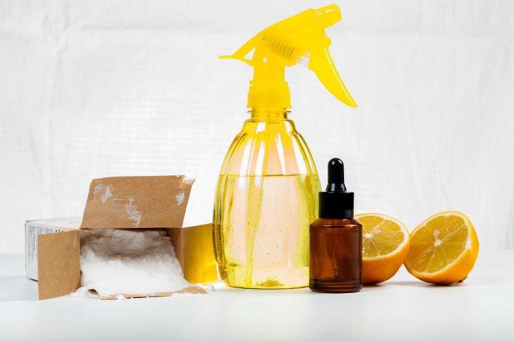 Zutaten wie Zitronen um Reinigungsmittel selbst herzustellen