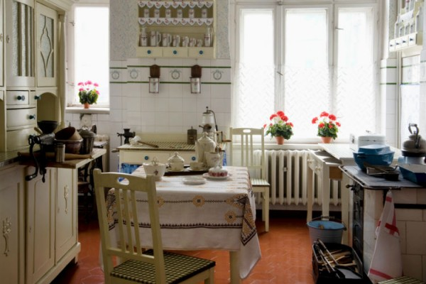 Gemütliche kleine Küche aus Recycling-Möbeln.