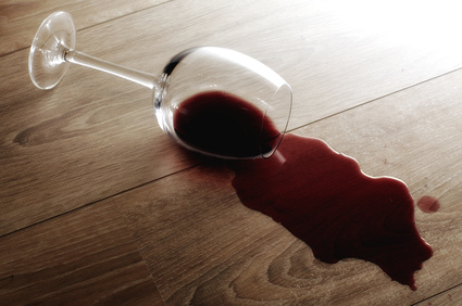 Ein Rotweinfleck lässt sich mit klassischen Hausmitteln entfernen