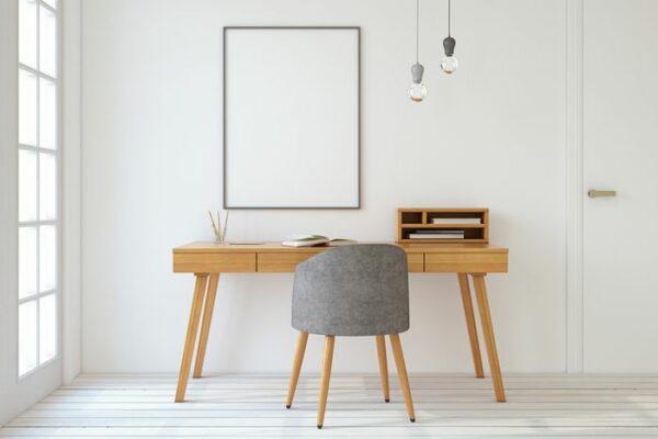 Raum mit Schreibtisch, Stuhl und Spiegel