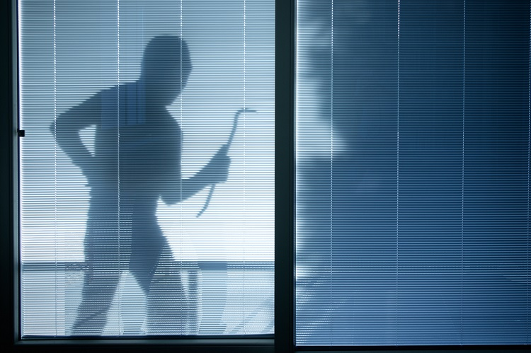 Silhouette eines Einbrechers vor Haustür