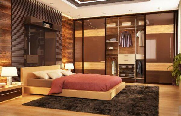 Schlafzimmer mit einem Schwebetürenschrank im Hintergrund