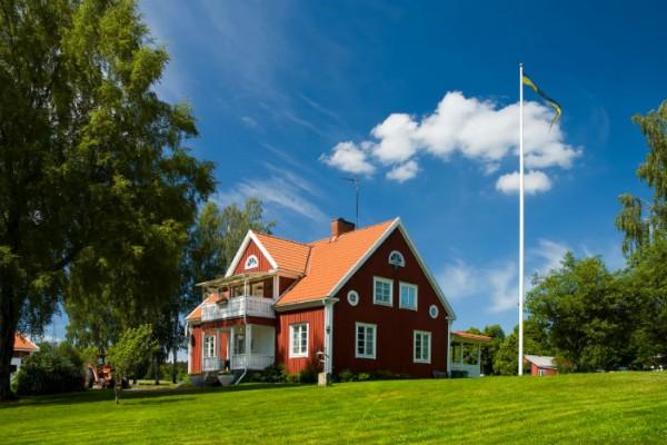 Rotes Schwedenhaus bei Sonnenschein