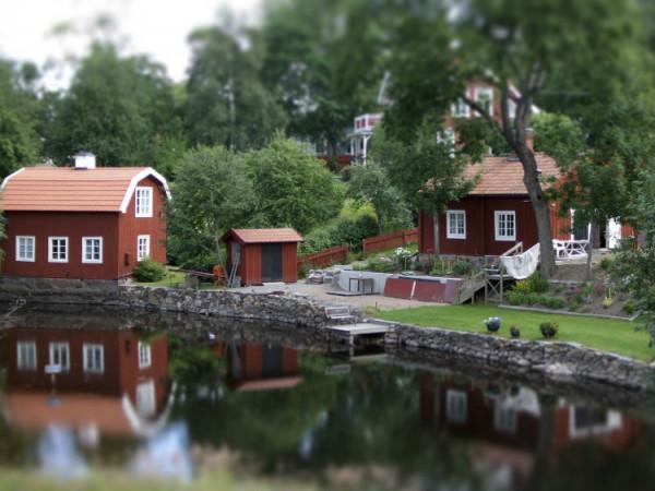 Schwedische Häuser an einem See