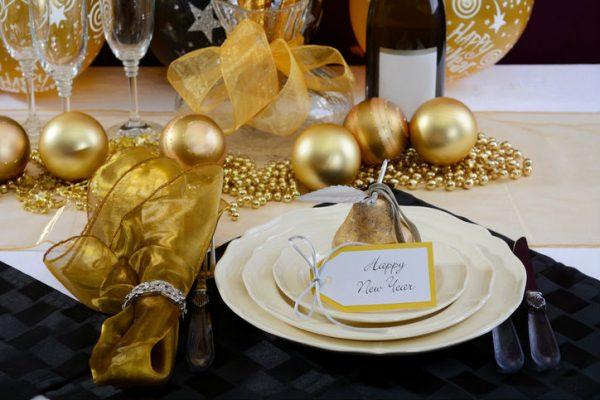 Silvester Deko in Gold auf einem Tisch