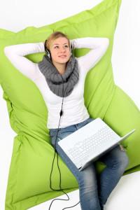 Frau auf grünem Sitzsack