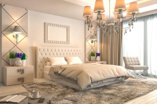 luxoriös eingerichtetes Schlafzimmer mit Boxspringbett und Kronleuchter