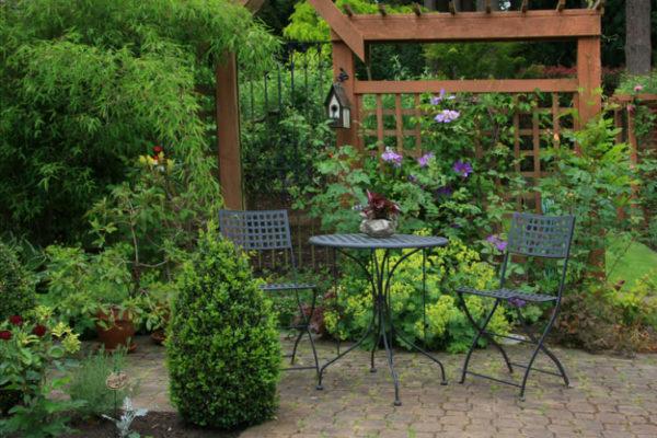 romantische Terrasse im Grünen