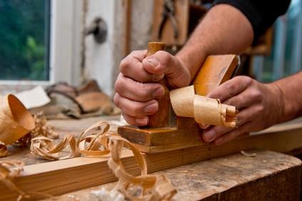 Der Schreiner fertigt Möbelstücke nach Maß