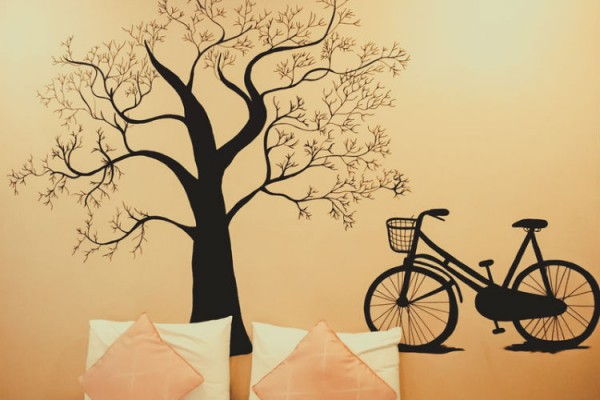 Baum und Fahrrad an Wand