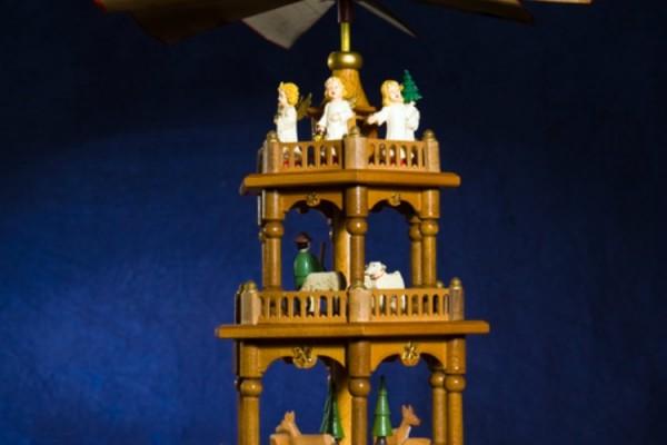 Weihnachtspyramide mit brennenden Kerzen
