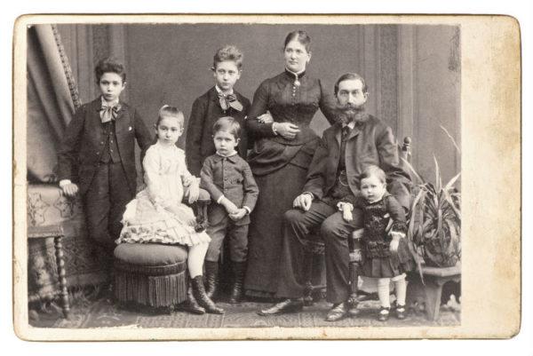Schwarzweiß-Bild einer Familie um neunzehnhundert