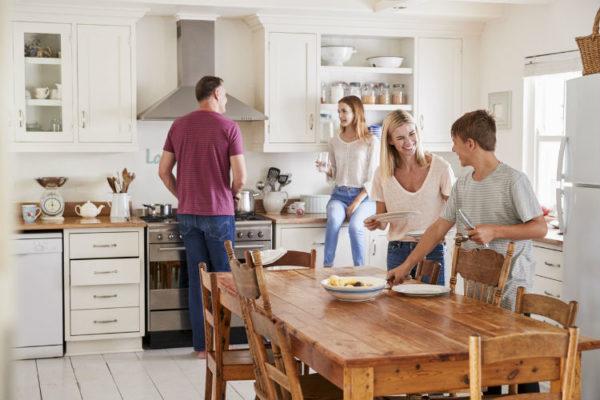Die Wohnküche ist Mittelpunkt im Leben vieler Familien