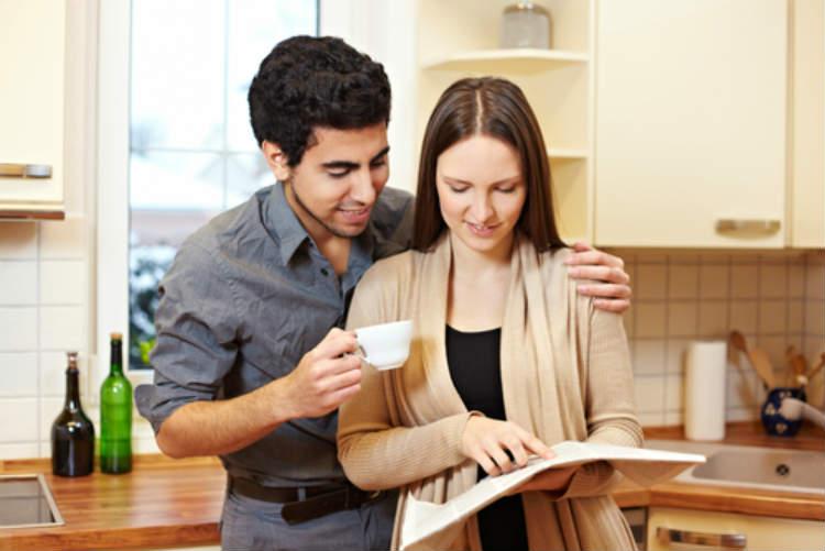 Ein Paar auf der Suche nach einer Wohnung