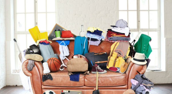 Wohnung ausmisten - Sofa vollgestapelt