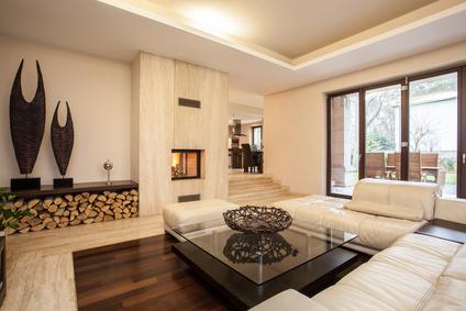 Großes Und Modernes Wohnzimmer Mit Kamin Und Weißem Sofa.