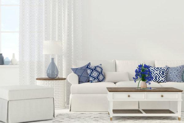 Zimmer in Weiß eingerichtet mit bunten Akzenten