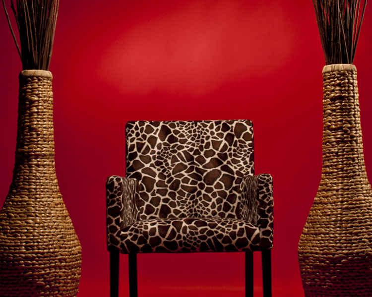 afrikanisch dekorieren zwischen giraffen bongos und keramikfiguren wohnungs. Black Bedroom Furniture Sets. Home Design Ideas