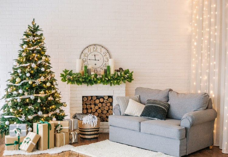 Weihanchtlich dekoriertes Wohnzimmer