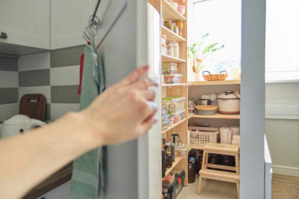 Frau zeigt ihre Abstellkammer