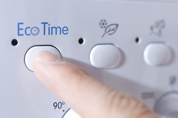 Knopf für den Energiespar-Waschgang an einer Waschmaschine