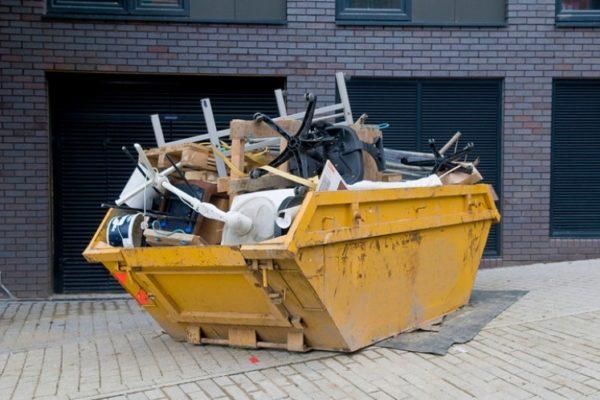 Müllcontainer samt alten Möbeln