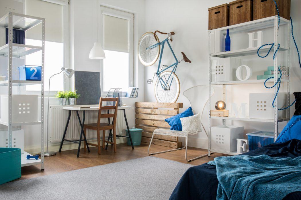 Kleines Zimmer mit kreativen Platzsparideen