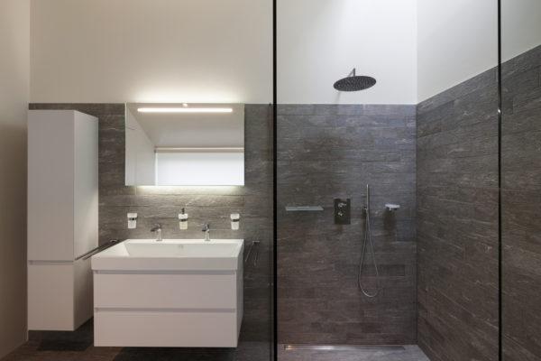 Modernes barrierefreies Badezimmer