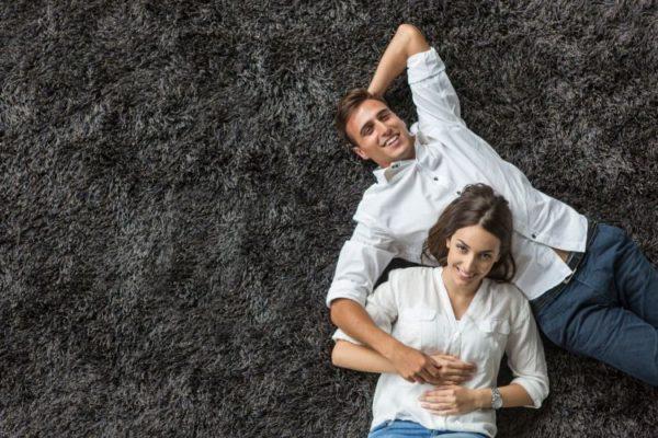 Mann & Frau liegen auf dem Teppich