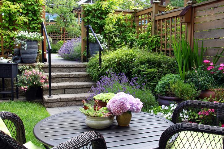 Garten mit Sitzecke und Pflanzenvielfalt
