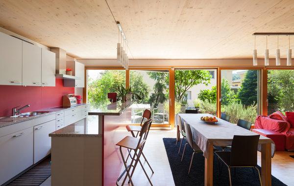 Offener Wohn- und Küchenbereich mit großer Fensterfront