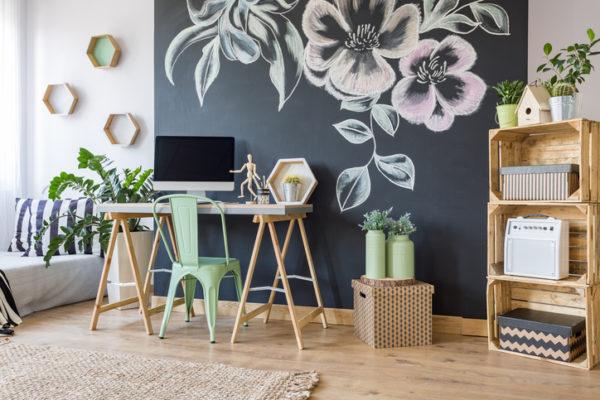 Heller Raum mit selbstgemachten Möbeln