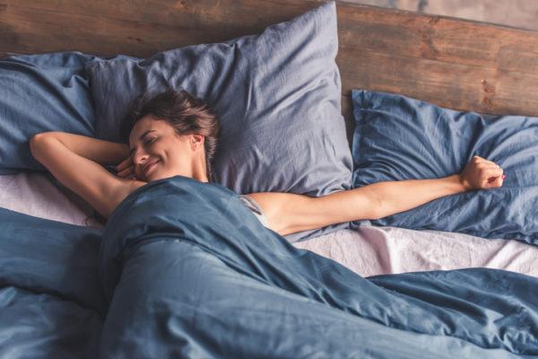 glückliche Frau beim Aufwachen
