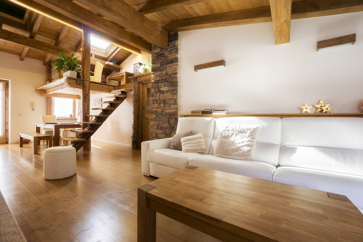 Zeitlose Wohnzimmer- Einrichtung mit Massivholzmöbeln