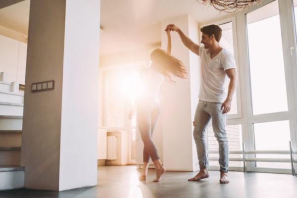 Ein Paar welches in Ihrer neuen Wohnung tanzt