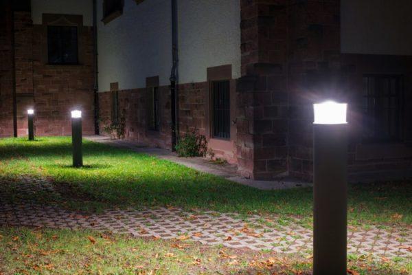 Gartenbeleuchtung an einem Weg