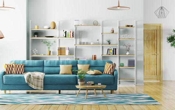 Wohnzimmer mit Regalen als Stauraum