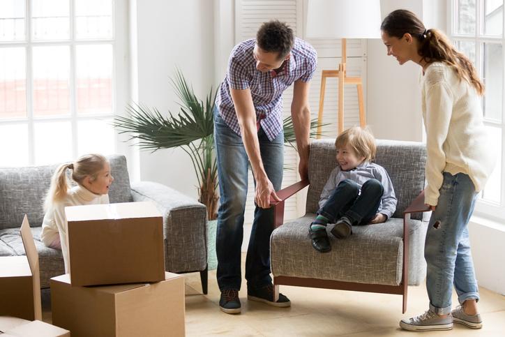 Familie entpackt Möbel