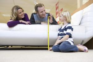Familie beim Möbel-Kauf