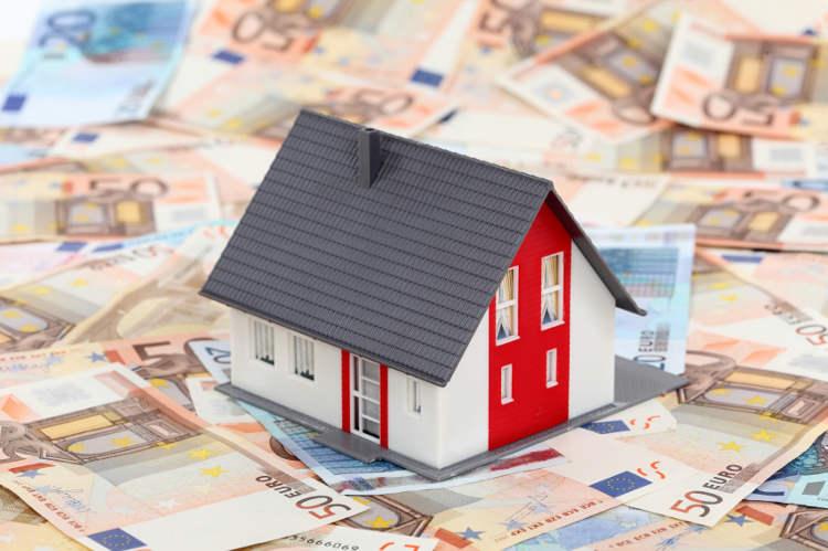 Modellhaus steht auf Geldscheinen