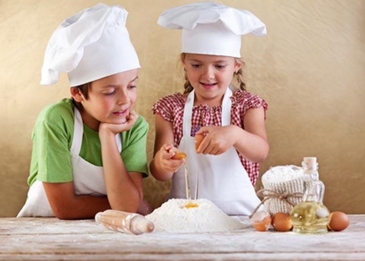 Kinder backen Brot