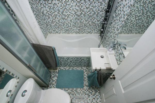 Kleines Bad größer wirken lassen