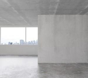 Leeres Loft in der Stadt mit einem Betonboden und leeren Betonwänden