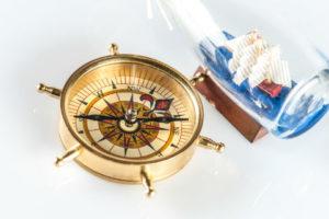 maritime Wohnungeinrichtung - Kompass & Flaschenschiff