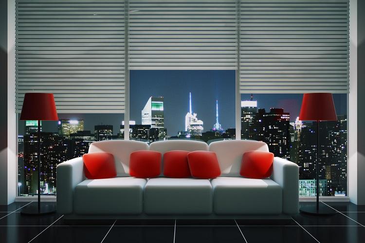 modernes Sofa vor Fensterfront mit Jalousien