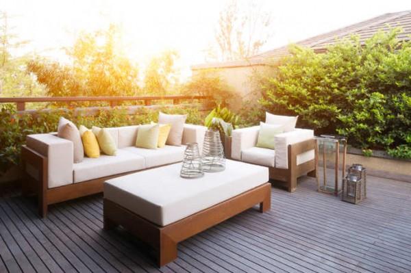 Design Gartenmöbel auf einer Holzterrasse bei sonnigem Wetter.