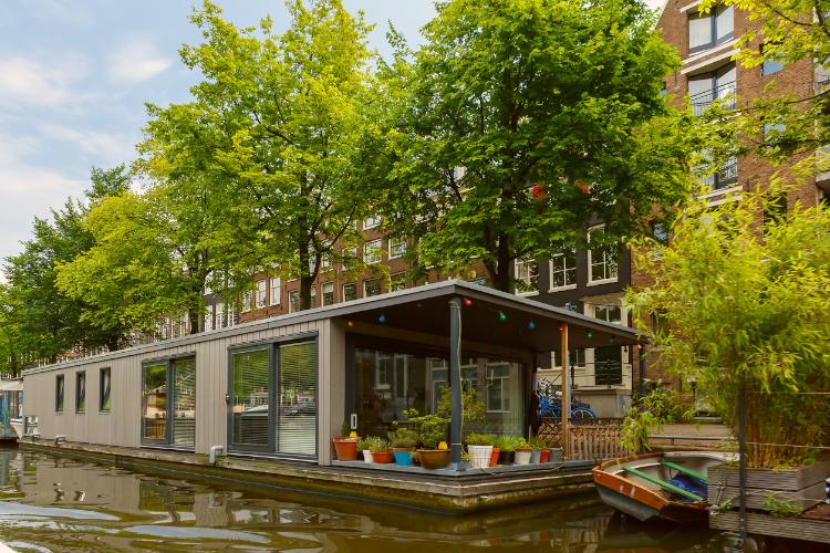 Ein Hausboot in einmal Kanal in amsterdam