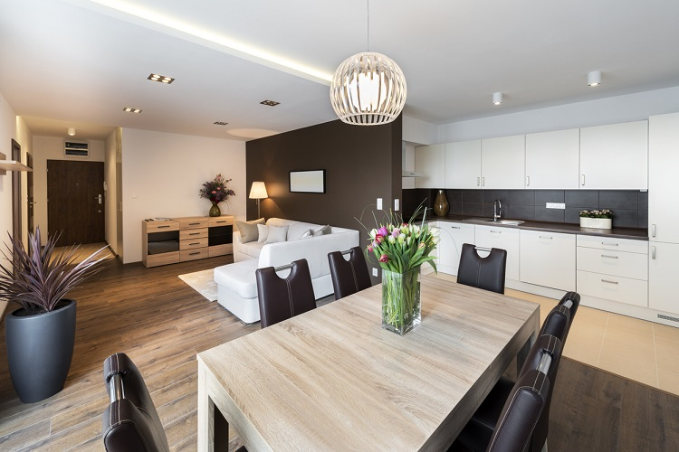 Moderne Wohnküche mit großem Esstisch und Sofa im Hintergrund